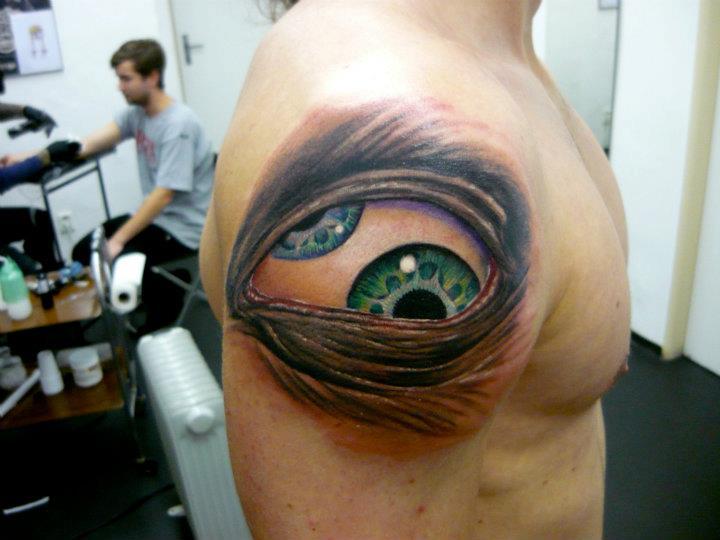 Тату глаз в треугольнике для девушки