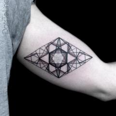 симметрический узор в форме геометрической фигуры тату на бицепсе Искусство...