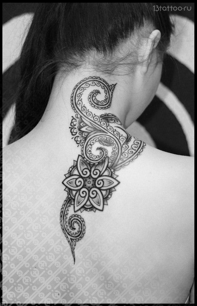 Геометрическое тату на лопатке