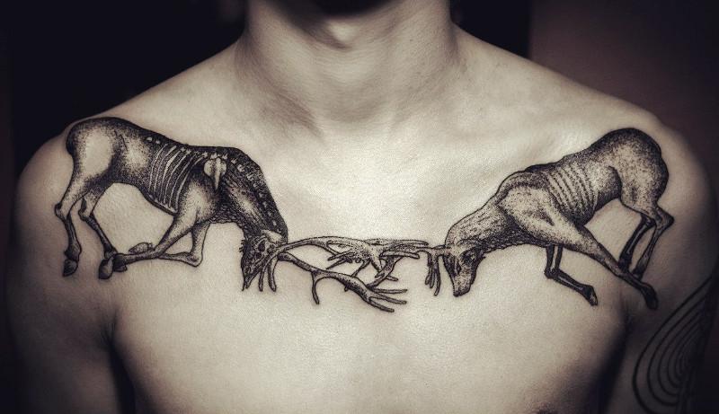 Мужска татуировка на ключице