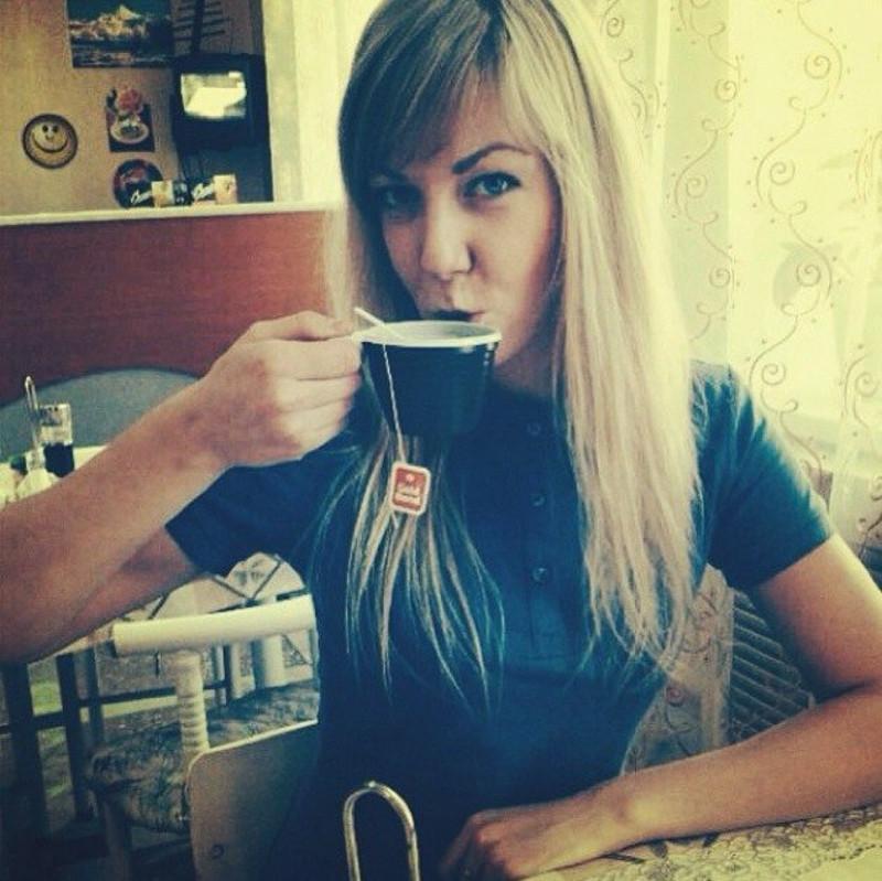 Яна Шалабай пьет чаек