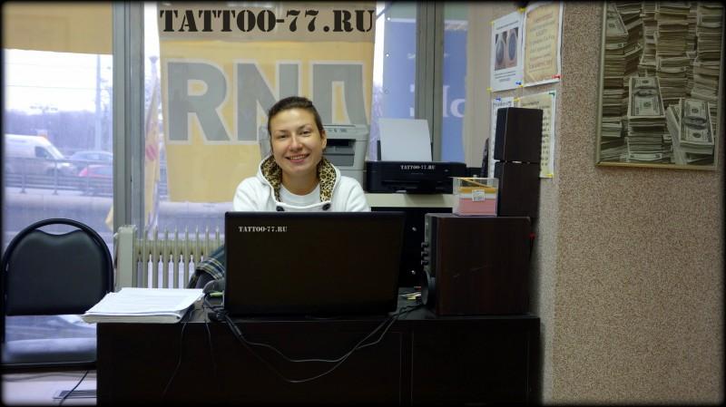 Администратор Ольга на ресепшене студии