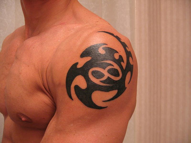 Татуировка знак зодиака Рак на мужском плече