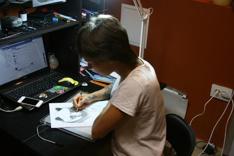 Дарья Праушкова за работой над эскизом будущей татуировки