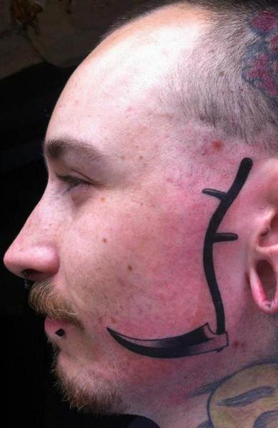 Татуировка коса на лице