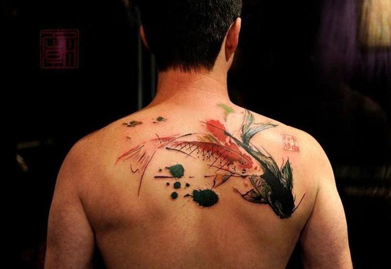 Татуировка карп кои на спине