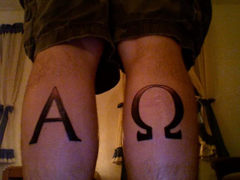 Татуировка альфа и омега на икрах