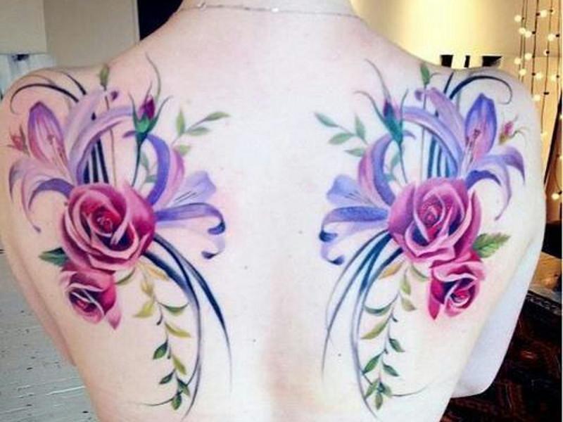 Симметричная татуировка на лопатке