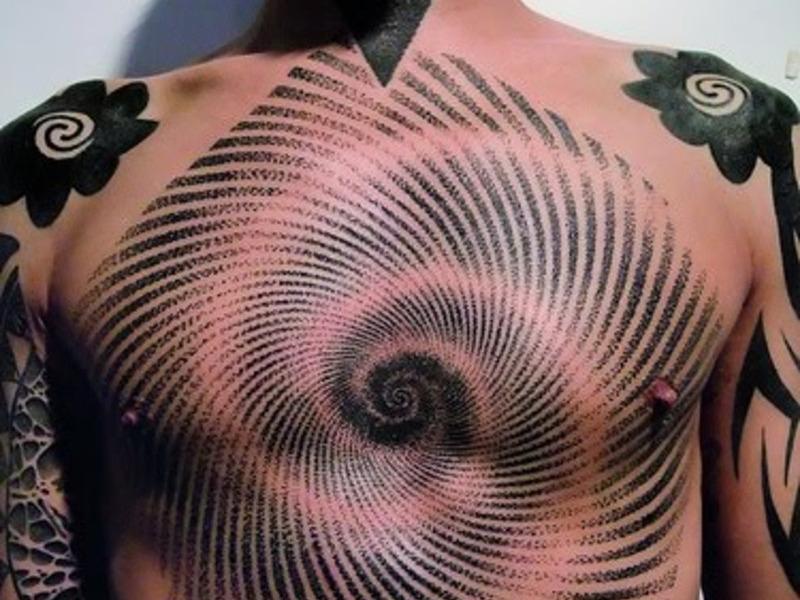 тату на грудной клетке женщины