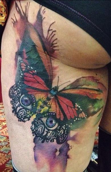 Сексапильная татуировка на бедре