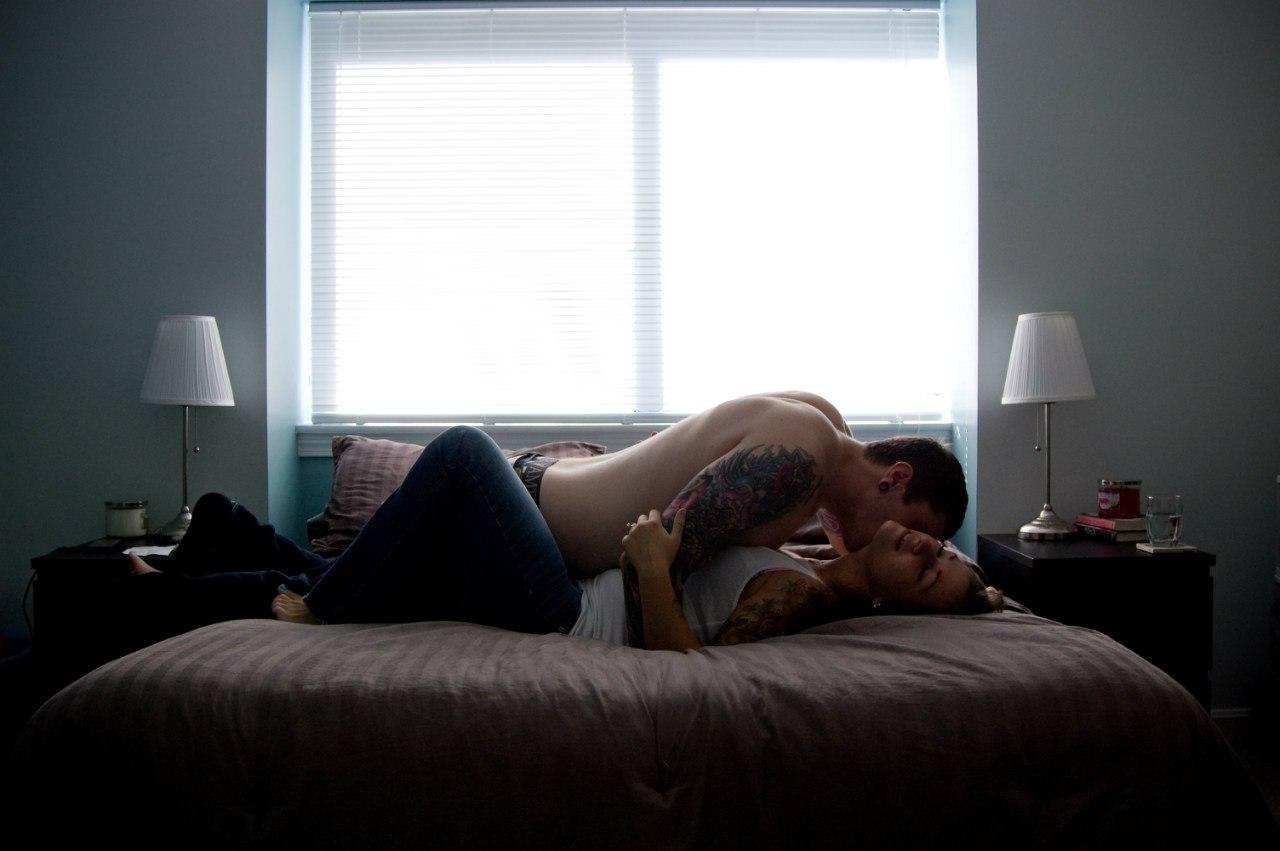 целуются в кровати парень и девушка смазки порно