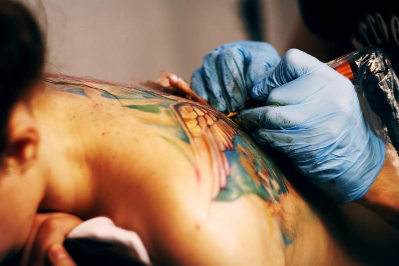 Мастера татуировки за работой