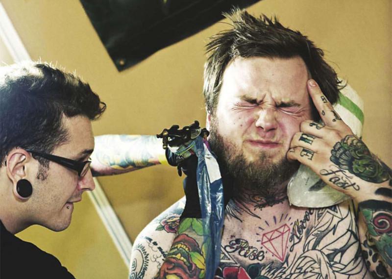 Процесс татуирования на шее очень болезненен