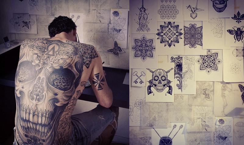 Lewis Ink за работой над эскизом в своей студии