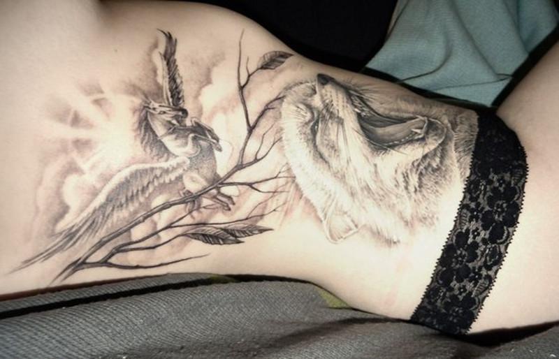 Татуировка с изображением пегаса и лисы от Александра Косача на боку Нины Винокуровой