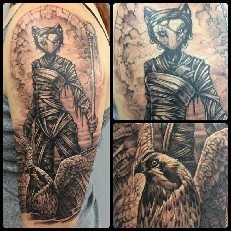 Татуировка на левом плече Нины