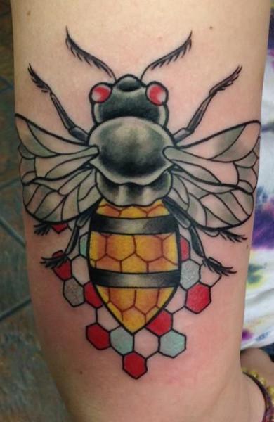 Татуировка пчела