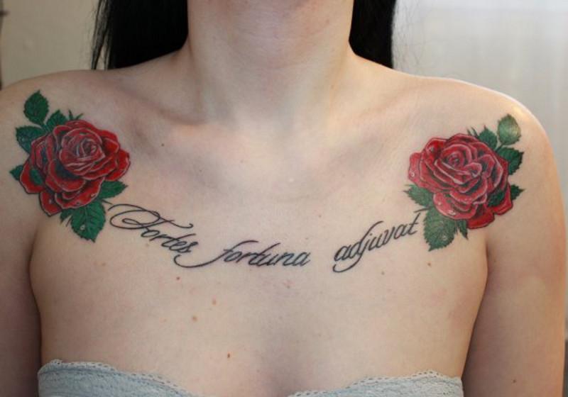 Татуировка «Счастье сопутствует смелым» на женской груди