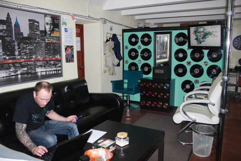 Уютное фойе салона, где можно выпить чаю и посидеть в Интернете