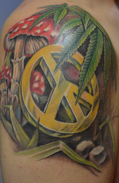 Татуировка конопляный лист