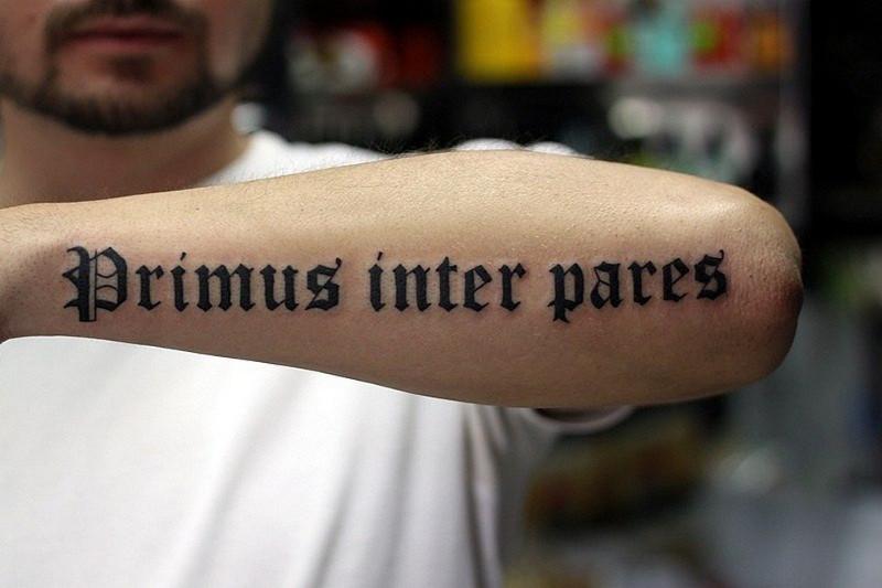 Фраза на латыни на предплечье