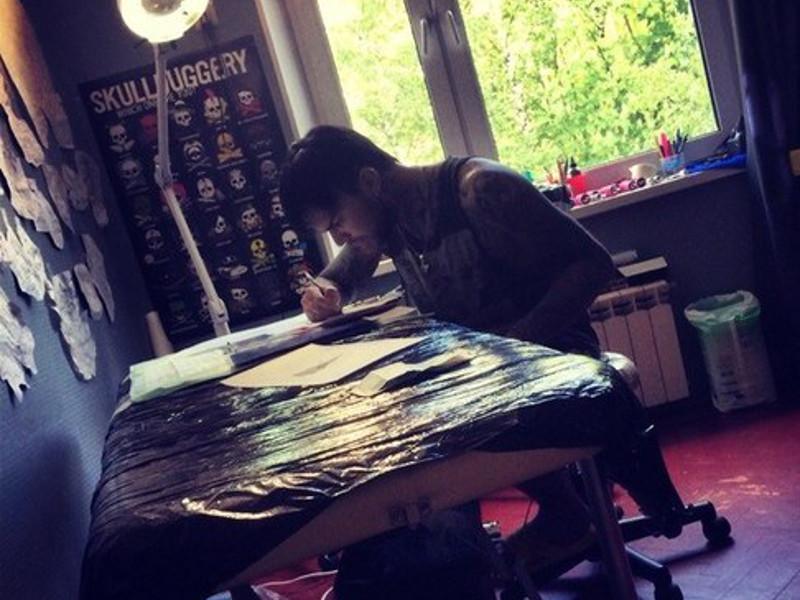 Тату-мастер Юрий Шмель создает эскиз будущей татуировки