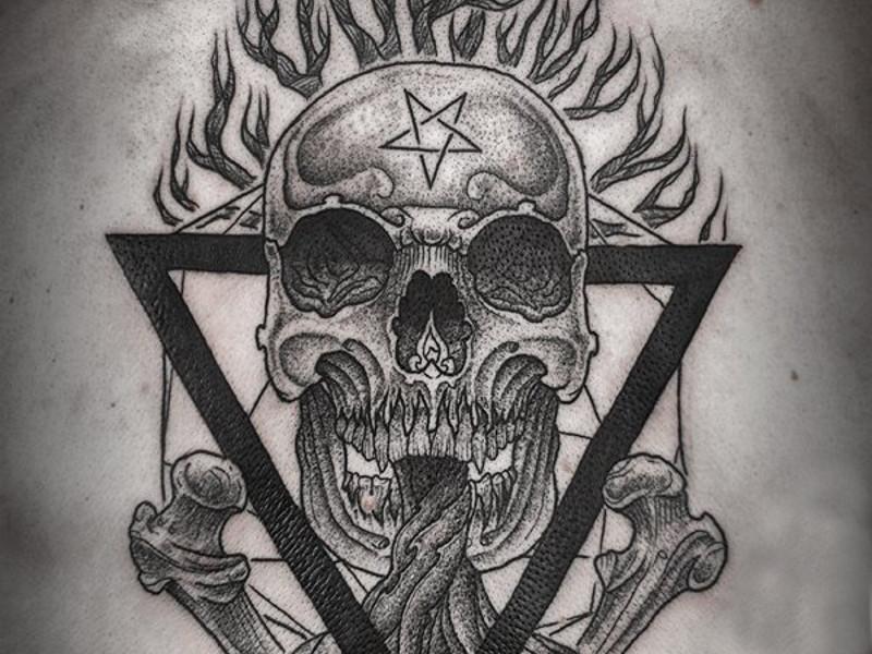Пример использования нескольких символов в одной татуировке: череп с костями, треугольник, дерево и звезда.
