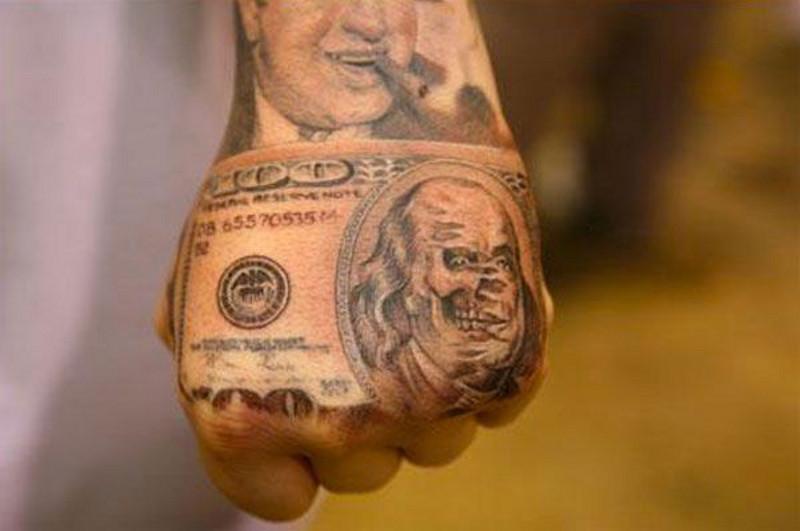 Татуировка деньги на кисти